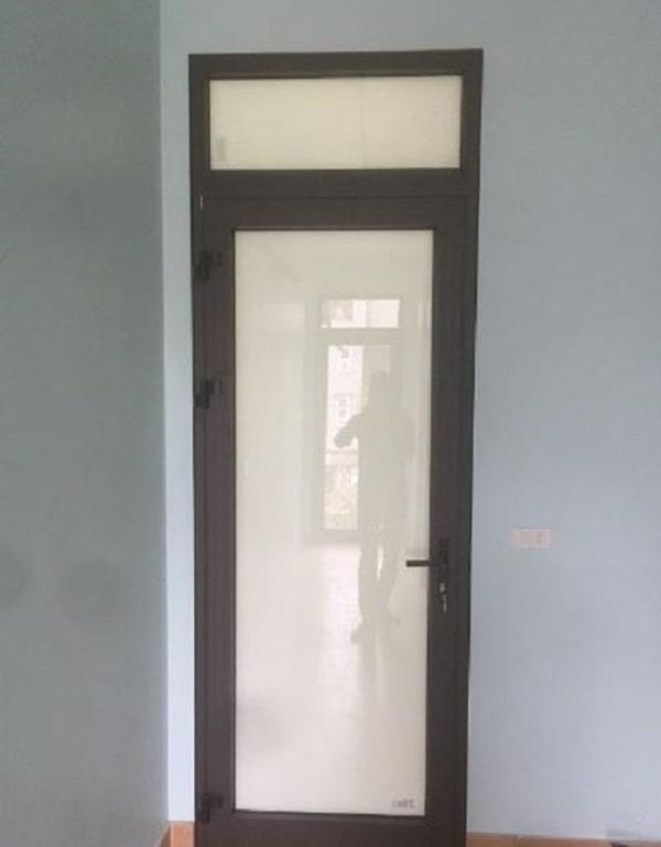 Cửa phòng ngủ ô kính khung nhôm Xingfa