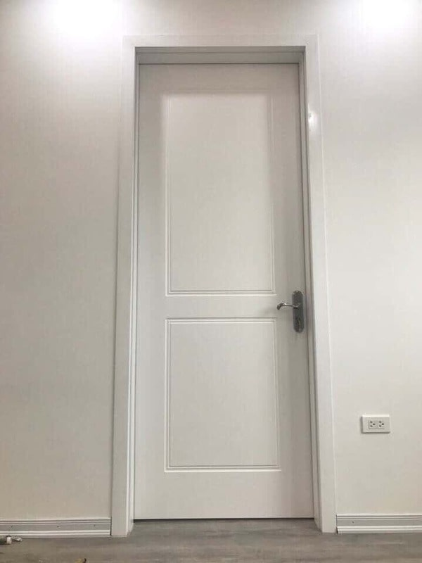 Cửa gỗ phòng ngủ màu trắng có thiết kế CNC đơn giản