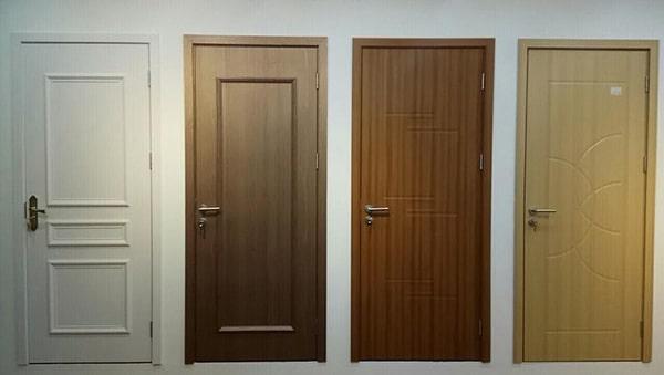 Cửa phòng ngủ được làm bằng gỗ công nghiệp