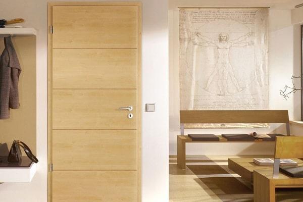 Nên chọn cửa gỗ phòng ngủ loại nào? Tự nhiên hay công nghiệp?
