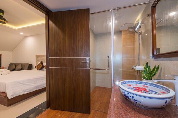 Cửa phòng tắm nên làm bằng gì?